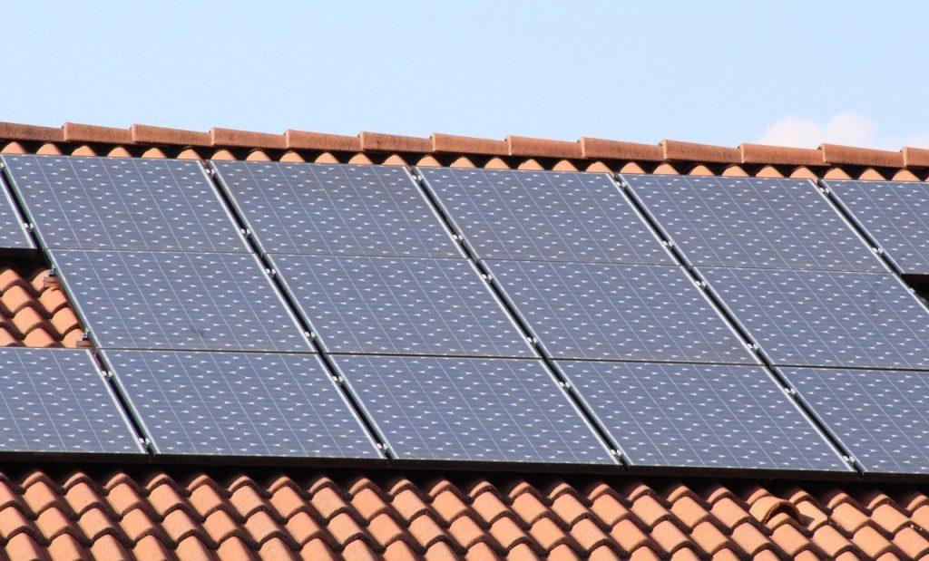 Instalacja paneli fotowoltaicznych a ocieplenie dachu