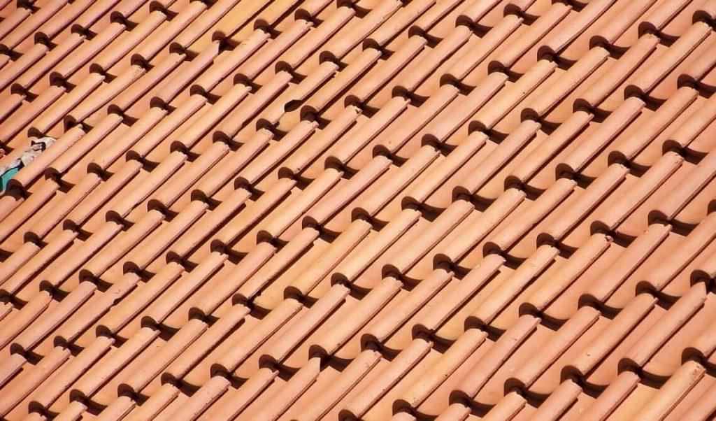 Naprawa dachu z dachówki ceramicznej